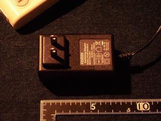 電源アダプターは7.5センチほど