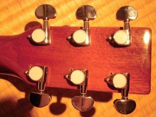 6弦のペグが曲がっている