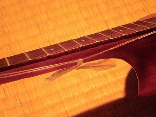 弦をビニール紐で縛っています