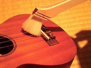 塗料用のハケで楽器の掃除
